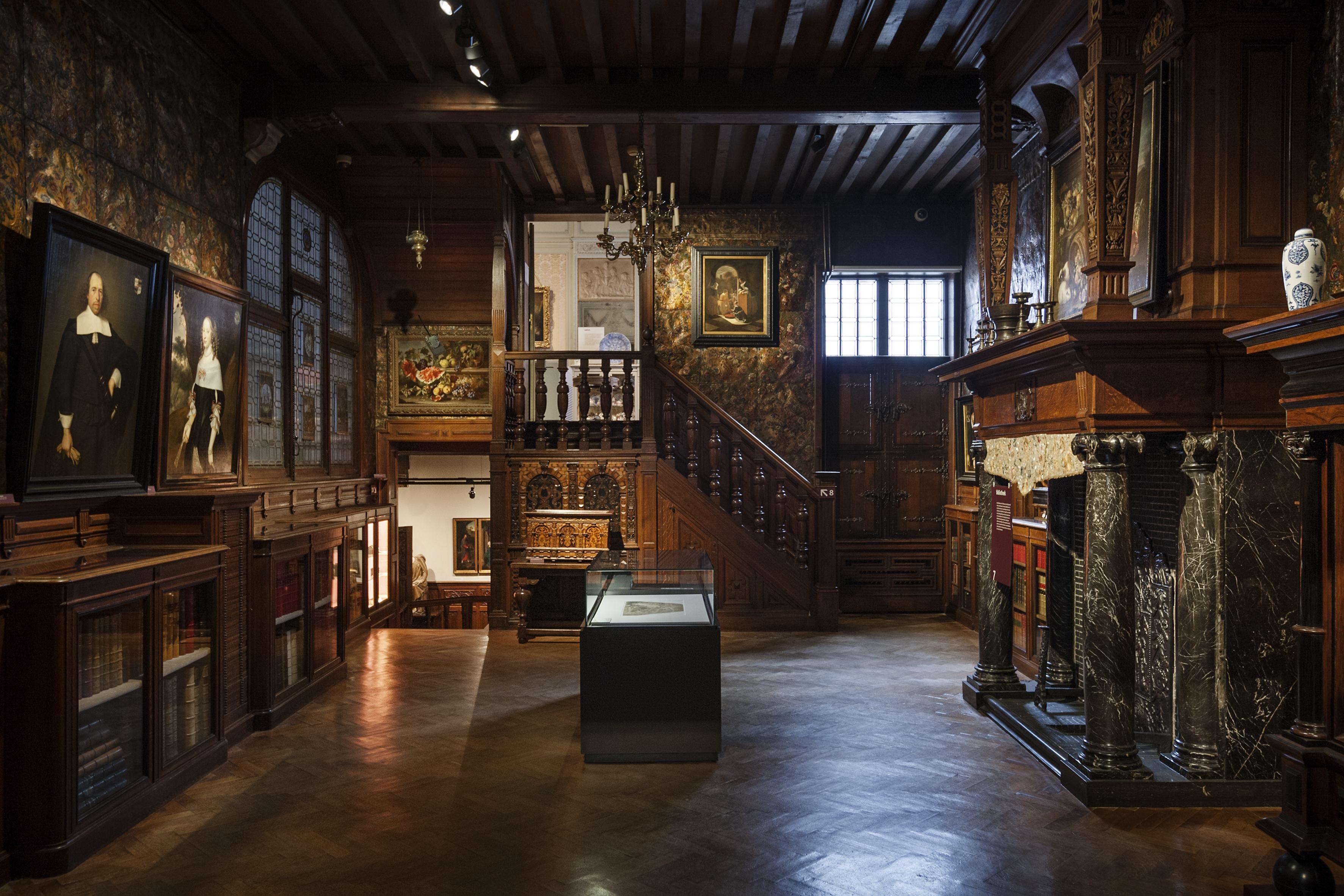 Zicht op de bibliotheek van Museum Mayer van den Bergh